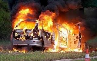 Toyota Estima terbabas dan melanggar sign board lebuhraya