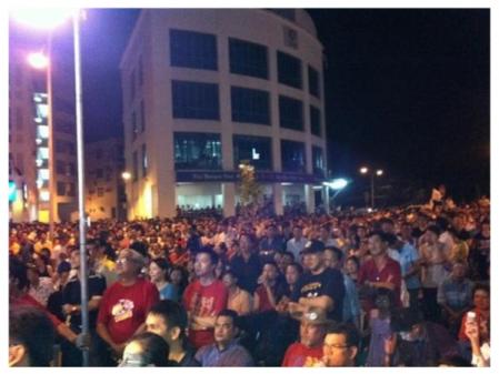 (Gambar: Orang ramai yang mendengar ucapan Anwar di Miri)